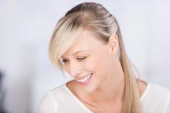 Lachende blonde Frau Lizenzfreie Stockfotografie