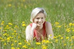 Lachende blonde Frau Stockbild
