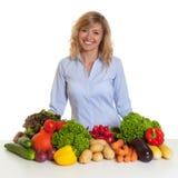 Lachende blonde Frau mit Frischgemüse Lizenzfreie Stockfotografie