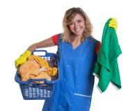 Lachende blonde Hausfrau mit schmutziger Kleidung Lizenzfreie Stockfotografie