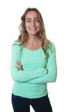 Lachende blonde kaukasische Frau mit blauen Augen und den gekreuzten Armen Stockbilder