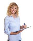 Lachende blonde onderneemster met klembord Royalty-vrije Stock Afbeelding