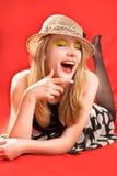 Lachende blonde in strandhoed royalty-vrije stock afbeelding