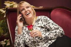 Lachende Blondevrouw op Purpere Stoel die Celtelefoon met behulp van Royalty-vrije Stock Afbeelding