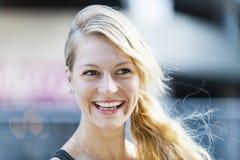 Lachende Blondine lizenzfreie stockfotos