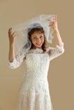 Lachende Braut mit Schleier Stockbilder