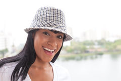 Lachende Braziliaanse vrouw met hoed stock afbeelding