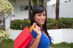 Lachende Braziliaanse vrouw na het winkelen stock afbeeldingen