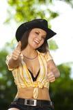Lachende Brunettefrau, die oben Daumen aufwirft Lizenzfreie Stockfotos
