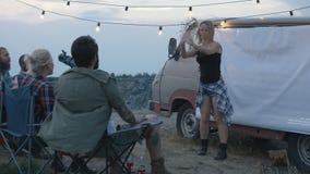 Lachende diverse vrienden die charades in kamp spelen stock video