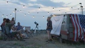 Lachende diverse vrienden die charades in kamp spelen stock footage