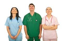 Lachende Doktoren, die oben schauen Lizenzfreie Stockfotos