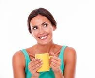 Lachende donkerbruine vrouw met koffiemok Stock Afbeelding