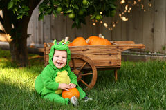 Lachende draakbaby in het kostuum van Halloween royalty-vrije stock afbeeldingen
