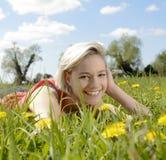 Lachende Frau auf Blumenwiese Stockfotografie