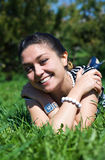 Lachende Frau auf dem Gras Lizenzfreies Stockfoto