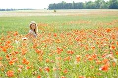 Lachende Frau auf dem Mohnblumegebiet Stockfoto