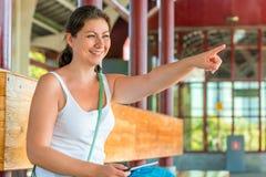 Lachende Frau, die der Seite darstellt Lizenzfreie Stockfotos