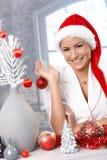 Lachende Frau, die für Weihnachten sich vorbereitet Lizenzfreies Stockfoto