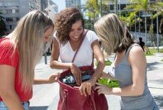 Lachende Frau, die Kleidung und Schuhe nach dem Einkauf zum girlf zeigt Lizenzfreie Stockfotos