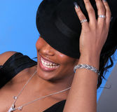 Lachende Frau hält Hut an Lizenzfreie Stockfotografie