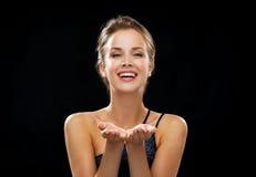 Lachende Frau im Abendkleid, das etwas hält Lizenzfreie Stockfotografie