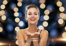 Lachende Frau im Abendkleid, das etwas hält Lizenzfreies Stockbild