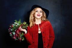 Lachende Frau mit Blumen Stockfoto