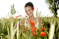 Lachende Frau mit Blumenstrauß Stockbild