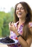 Lachende Frau mit Brombeere Lizenzfreies Stockfoto