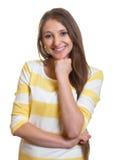 Lachende Frau mit dem langen braunen Haar und den gekreuzten Armen Lizenzfreie Stockbilder