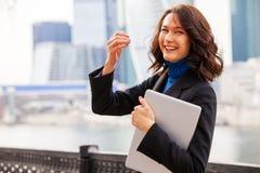 Lachende Frau mit einem Laptop Lizenzfreie Stockbilder