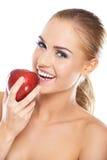 Lachende Frau mit einem roten Apfel Lizenzfreie Stockfotografie