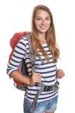 Lachende Frau mit einem Rucksack lizenzfreie stockbilder
