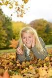 Lachende Frau mit Herbsturlaub Stockbilder