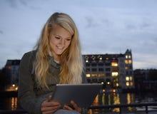 Lachende Frau mit Tablet-PC Lizenzfreie Stockbilder