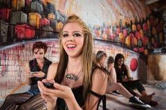 Lachende Frau mit Telefon Lizenzfreie Stockbilder