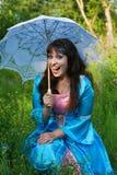 Lachende Frau mit weißem Regenschirm Stockbilder