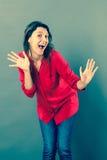 Lachende Frau 30s, die mit dynamischem Handzeichen sich ausdrückt Lizenzfreies Stockbild