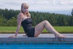 Lachende Frau am Swimpool Lizenzfreie Stockfotos