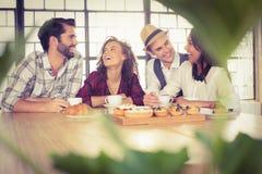 Lachende Freunde, die Kaffee und Festlichkeiten genießen Lizenzfreie Stockbilder