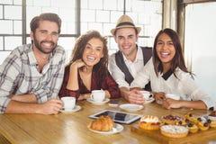 Lachende Freunde, die Kaffee und Festlichkeiten genießen Stockbild