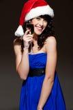 Lachende gelukkige vrouw in santahoed Royalty-vrije Stock Foto's