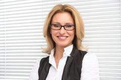 Lachende Geschäftsfrau im weißen Hemd Lizenzfreie Stockfotos