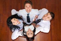 Lachende Geschäftsleute in einer Unordnung stockfotografie