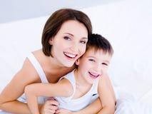 Lachende Gesichter der Mutter und ihres Sohns Stockbild