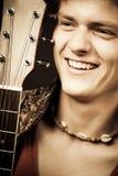 Lachende gitarist Royalty-vrije Stock Foto's
