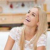 Lachende glückliche junge Frau Stockbild