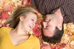 Lachende Herbst-Paare stockfoto