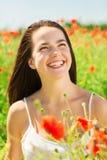 Lachende jonge vrouw op papavergebied Royalty-vrije Stock Foto